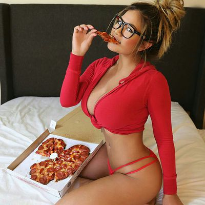 Striptease with pizza delivery 🍕 Joke - Photo 5